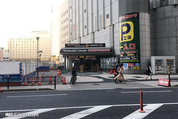 ヨドバシ梅田の立体駐車場入口