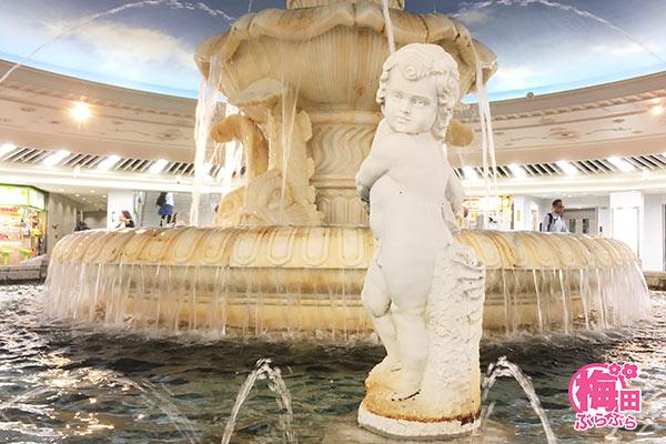 泉の広場の像