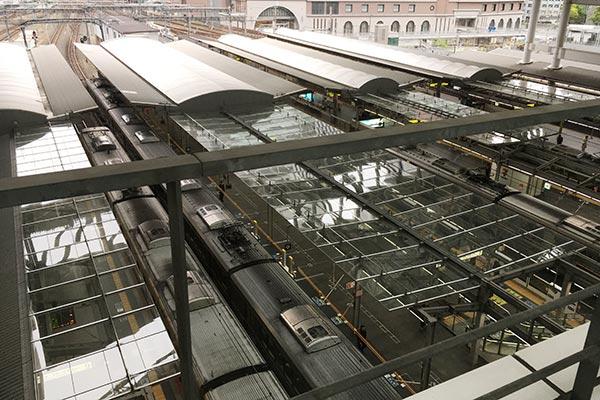 JR大阪駅の駅ホームの様子